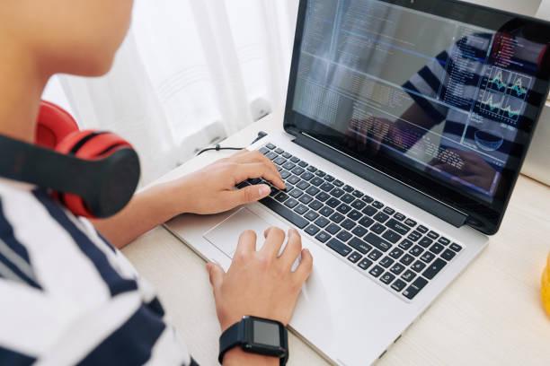 Teen boy Programmierung auf Laptop – Foto