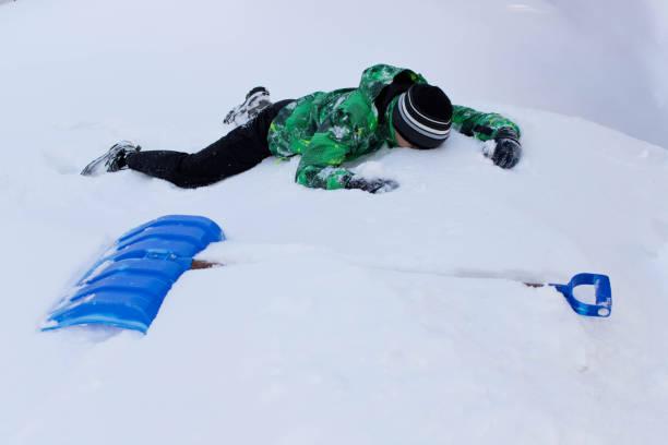 青少年清洗雪鏟。在院子裡打掃雪 - 鏟 個照片及圖片檔