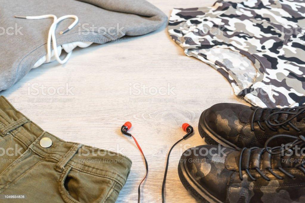 Conjunto De Ropa Adolescentes Camiseta Gris Pantalones Cortos Tshort Y Botas De Estilo Militar Foto De Stock Y Mas Banco De Imagenes De A La Moda Istock
