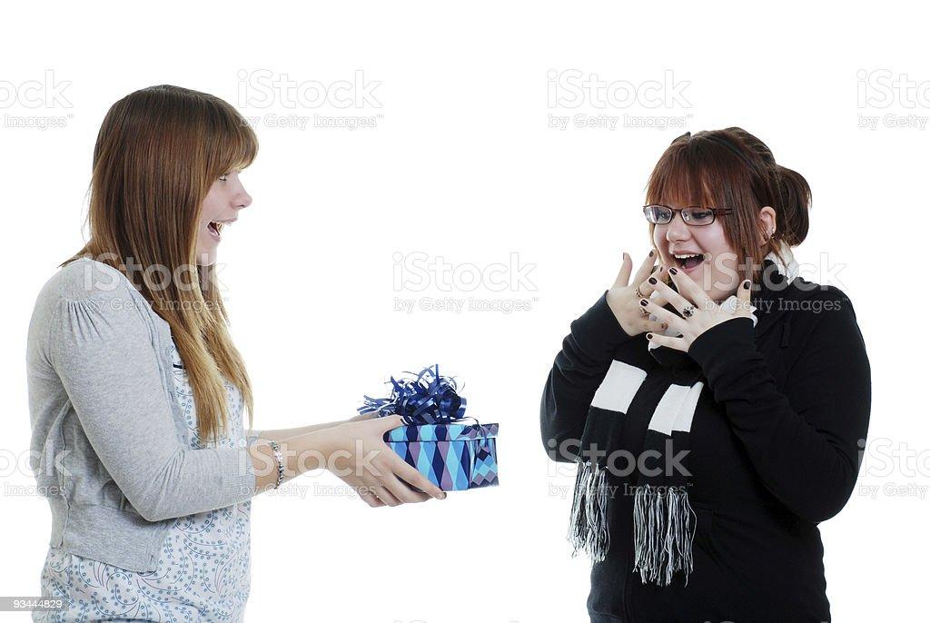 teen Frau, die ihre Schwester ein Geschenk Lizenzfreies stock-foto