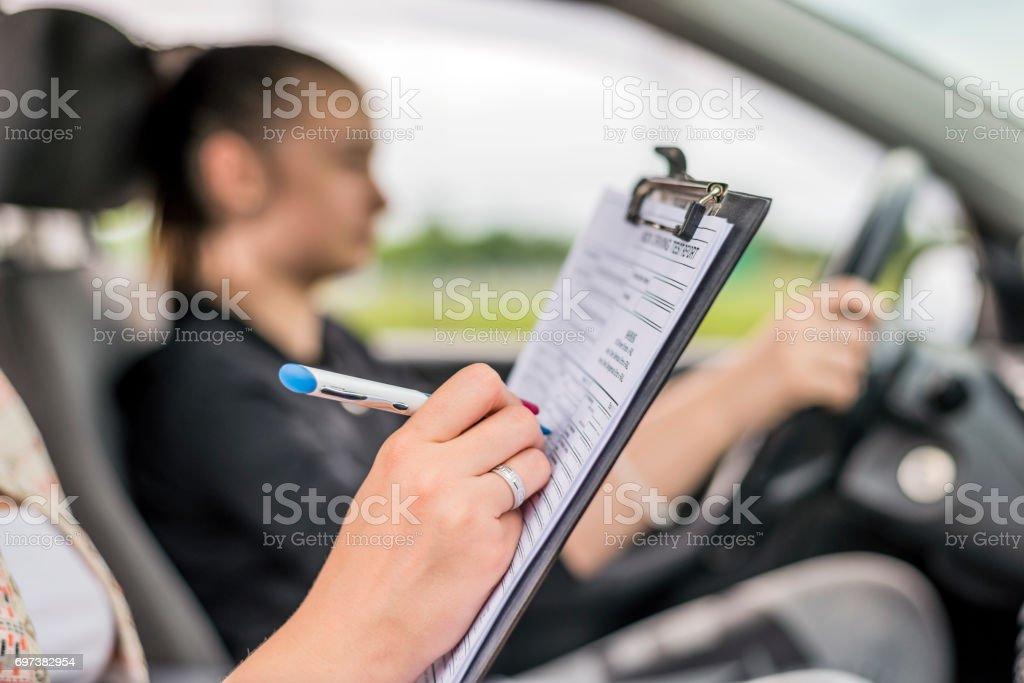Teen recibiendo una lección de conducción en el coche - foto de stock