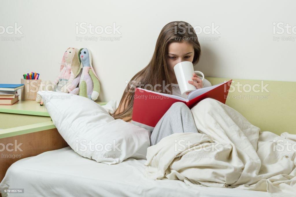 Photo Libre De Droit De Teen Fille De 10 Ans En Pyjama Lit