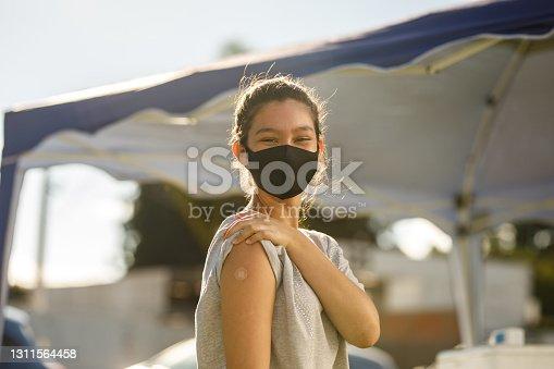 Adolescente después de su vacunación