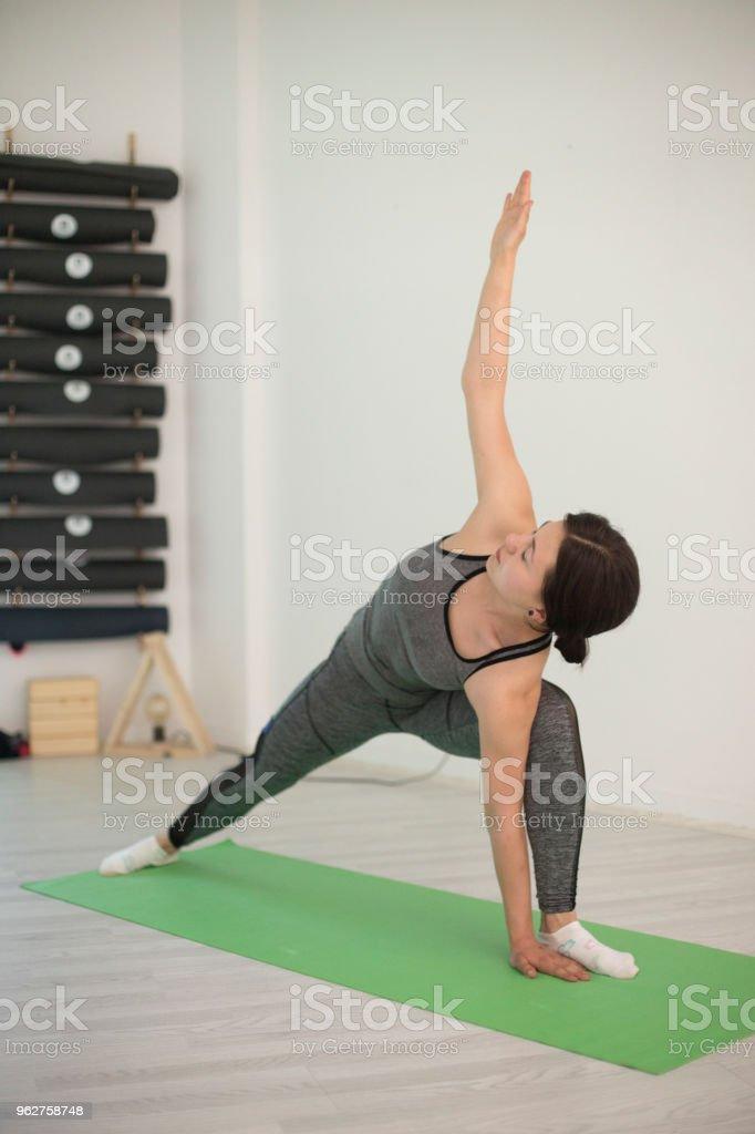 Teen girl exercising yoga - Foto stock royalty-free di 18-19 anni