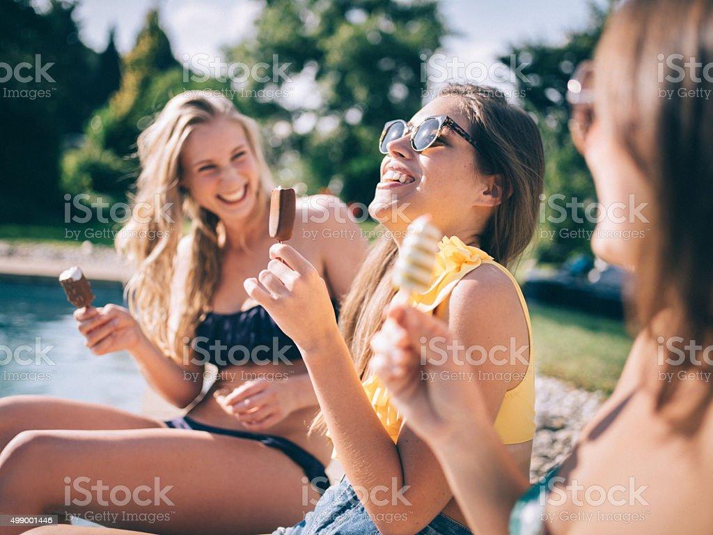 Teen girl amis avec glaces à côté de la piscine - Photo