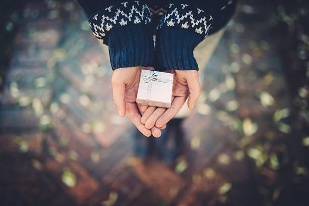 Teen Mädchen hält ein Geschenk für Ihre Hand – Foto
