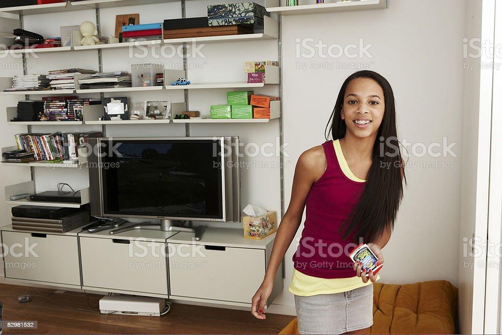 Teen Dziewczyna w domu pokój rozrywki zbiór zdjęć royalty-free