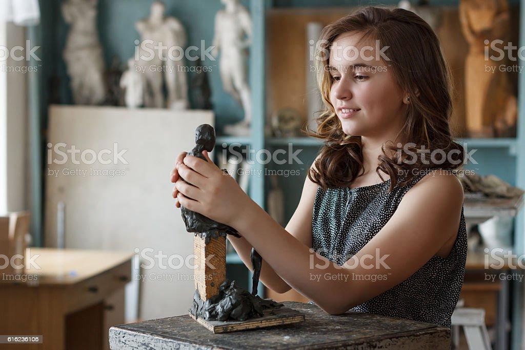 Teen Girl  in the artist's studio. – Foto