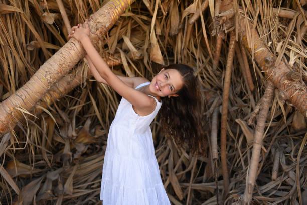 Fille de l'adolescence posant pour le photographe à l'extérieur. - Photo