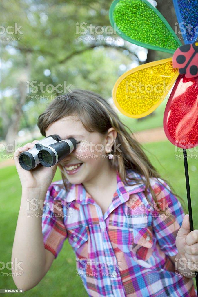 Garota adolescente sorrindo com binóculos - foto de acervo