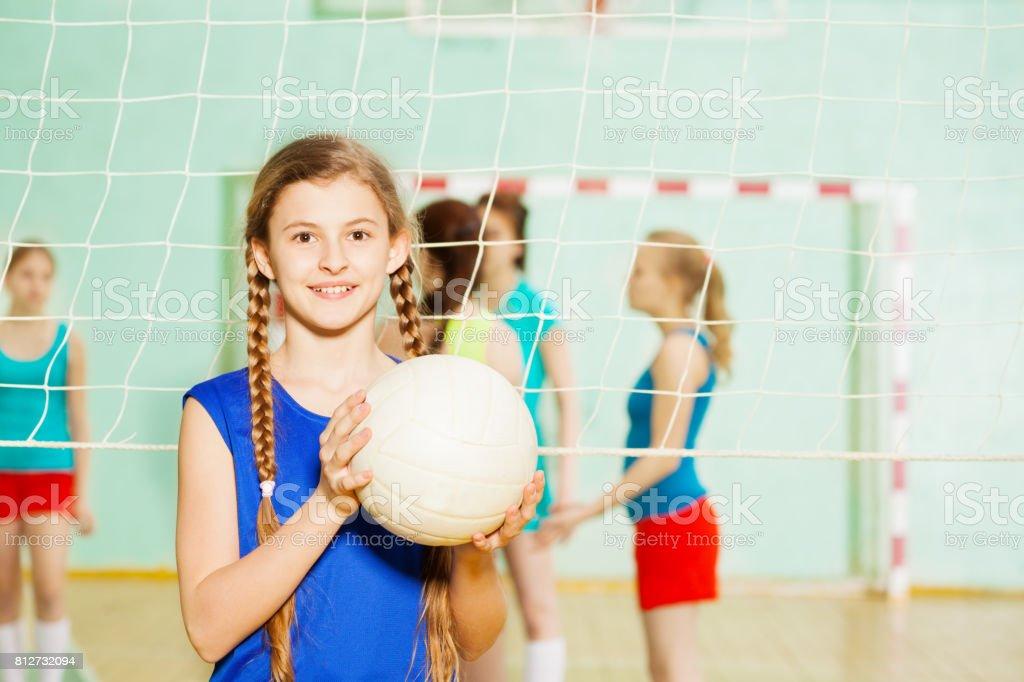 Chica adolescente con la bola de voleibol en el pabellón de deportes - foto de stock