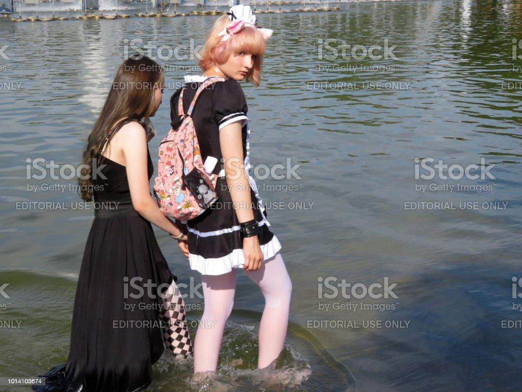 Teen garotas vestidas como personagens de anime no verão - foto de acervo
