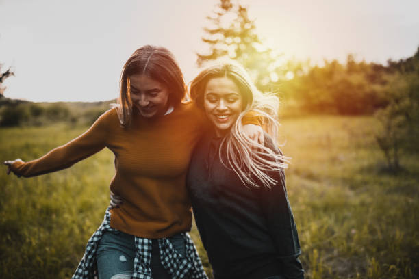 teen mädchen mit spaß bei sonnenuntergang - freundin stock-fotos und bilder