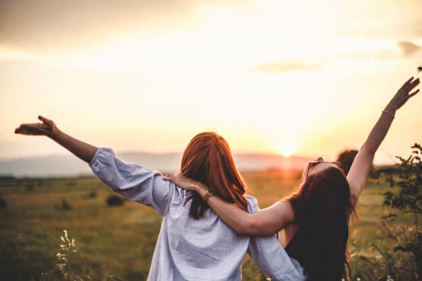 Teen Mädchen Blick auf den Sonnenuntergang – Foto