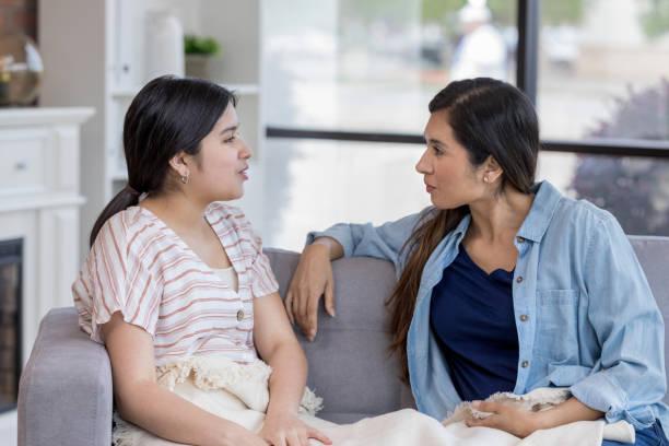 Teen ist defensiv, wenn Mama fragt sie – Foto