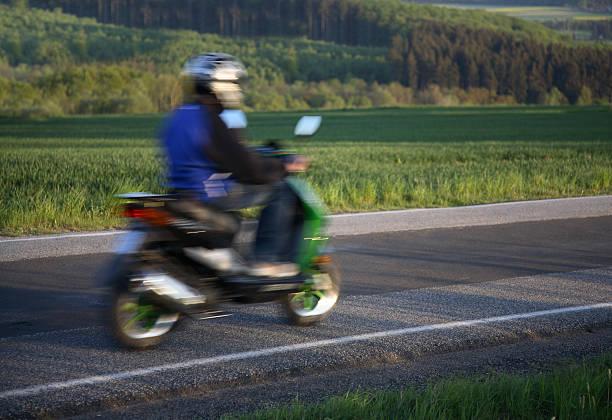 teen équitation la maison sur son mobylette, motion blur - moped photos et images de collection
