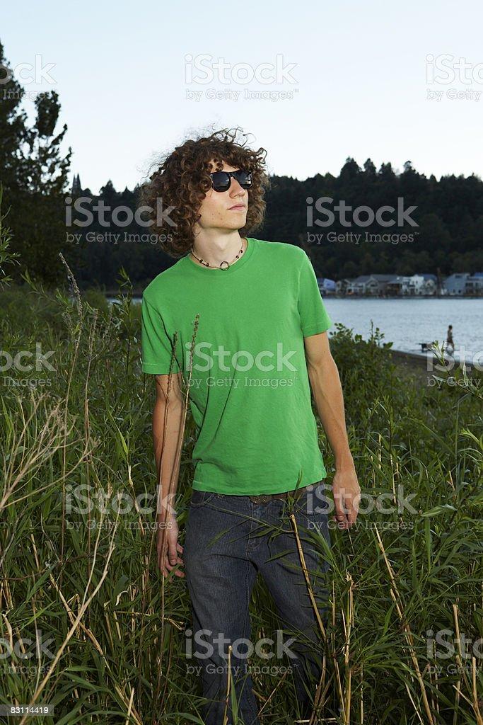 teen camminare s'erba foto stock royalty-free