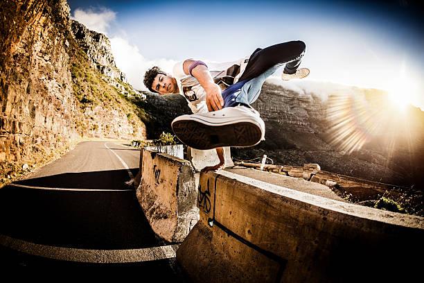teenager b-boy fit halten üben sich auf einer wand outdors - parkour stock-fotos und bilder