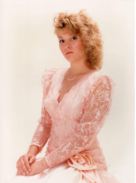 junges blondes mädchen im rosa kleid - 80er outfit stock-fotos und bilder