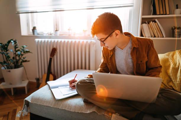 teenager-junge, der eine online-schulklasse besucht - homeschooling stock-fotos und bilder