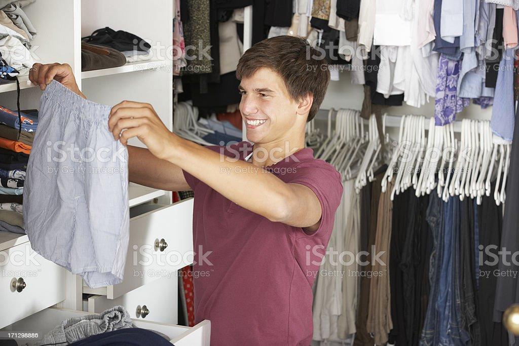 Teenager Boy Sie Kleidung aus Wandschrank – Foto