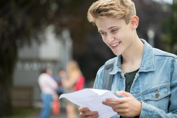 adolescente feliz com os resultados do exame - happy test results - fotografias e filmes do acervo