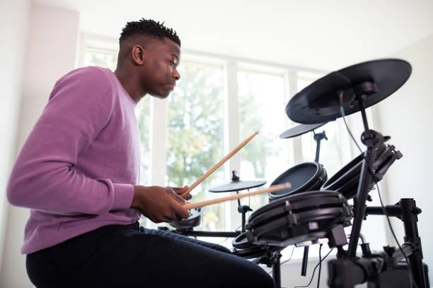 Teenage Boy mit Spaß spielen elektronische Trommel Kit zu Hause – Foto