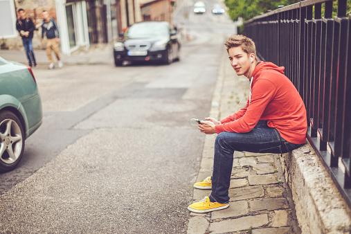 Teenager Boy In Der Stadt Stockfoto und mehr Bilder von 16-17 Jahre