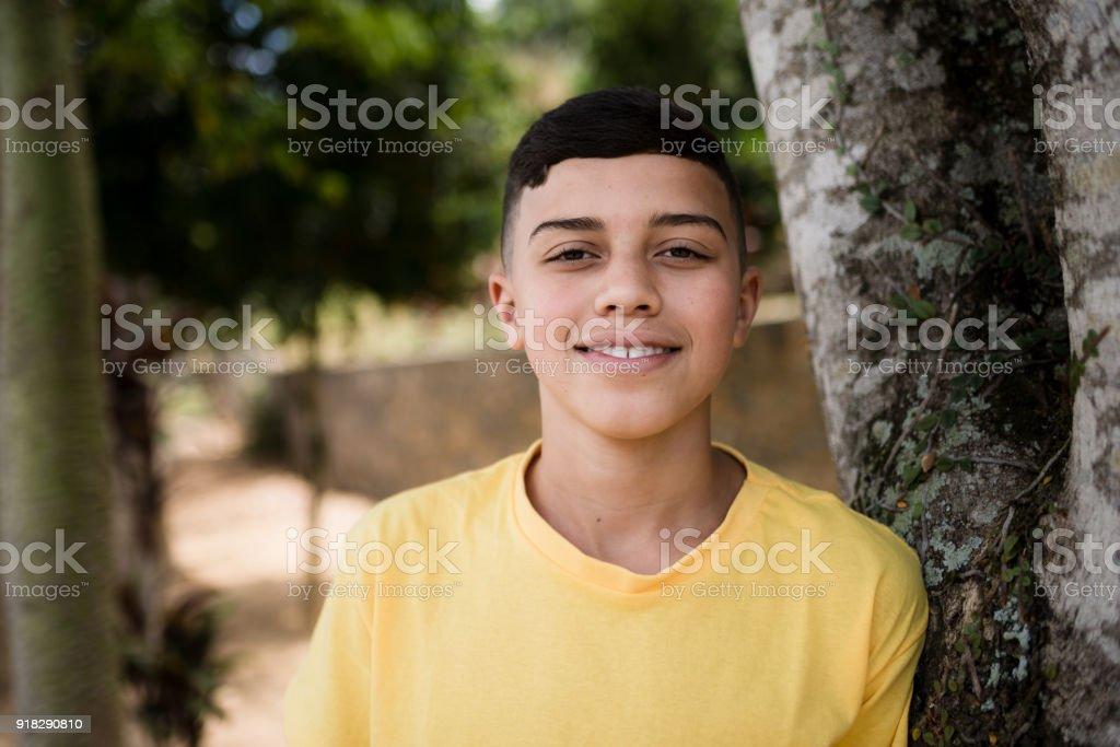 Adolescente em camisa amarela - foto de acervo