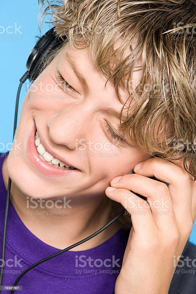 の音楽を聴く 10 代の少年 ロイヤリティフリーストックフォト