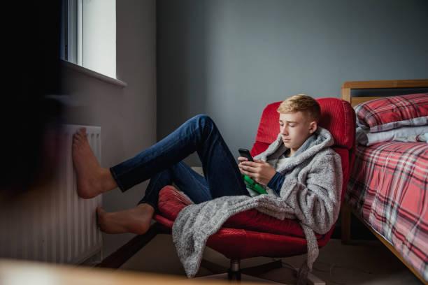 teenage boy entspannen in seinem schlafzimmer - jugendalter stock-fotos und bilder