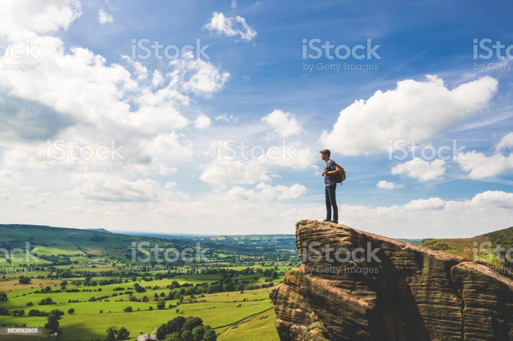 Teenager steht am Rand im Peak District – Foto