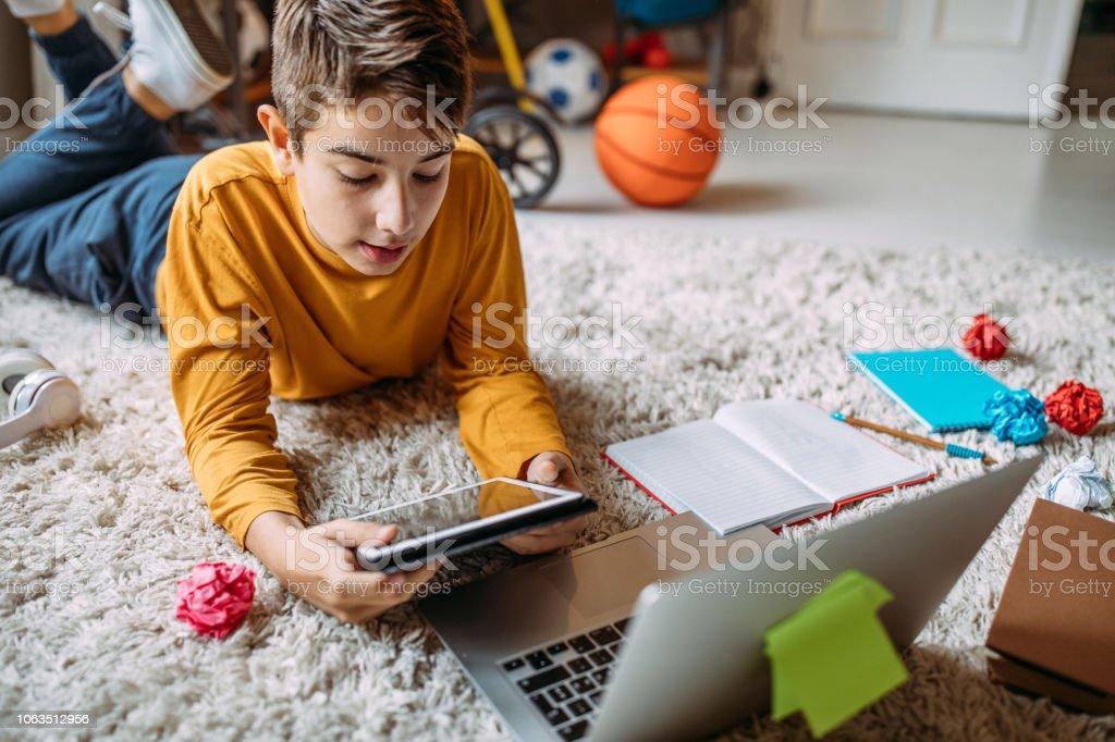 Teenager lernen mit digitalen Tablet zu Hause – Foto