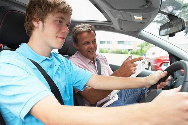 adolescente tomando una lección de manejo - aprender a conducir fotografías e imágenes de stock