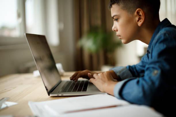 Teenage-Junge nutzen Laptop für Hausaufgaben – Foto