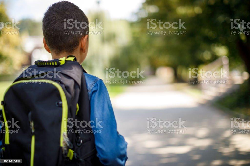 Teenager mit Schultasche, die von der Schule nach Hause gehen – Foto