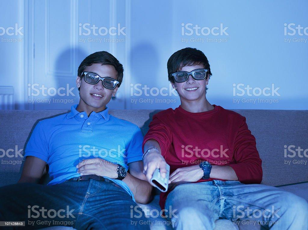 Jeunes garçons regardant la télévision avec des lunettes 3D - Photo