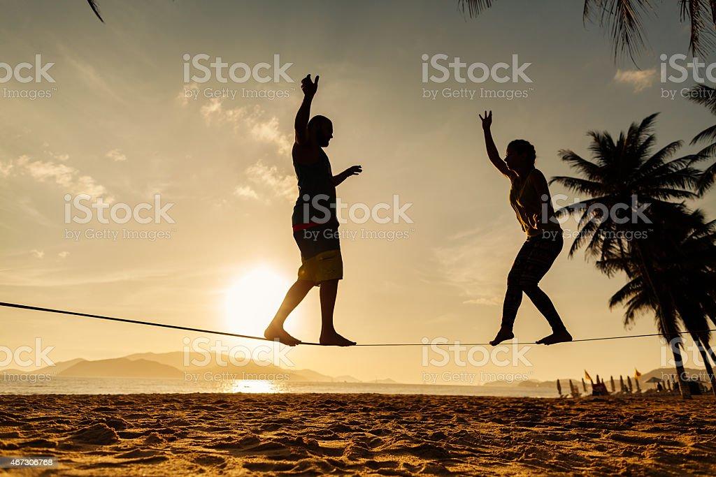 Teenager paar ausgleichende slackline am Strand – Foto
