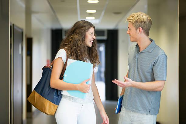 coppia di adolescenti in età scolare - compagni scuola foto e immagini stock