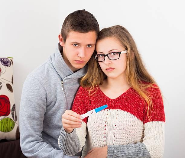 Teenager Paar mit positiven Schwangerschaftstest – Foto