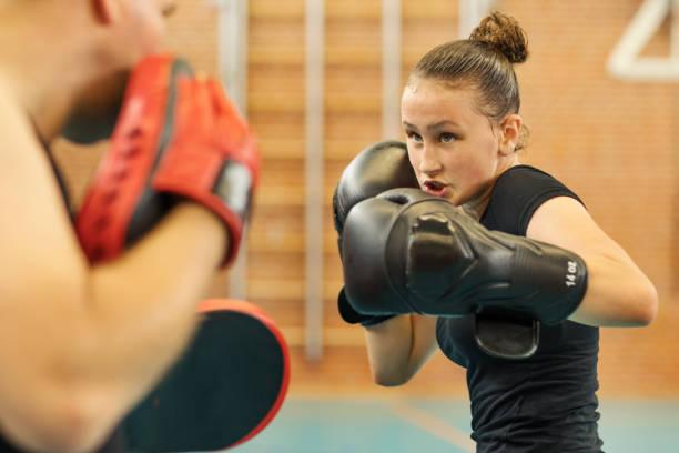 Teenage Kämpfer Mädchen und Trainer in einem öffentlichen Fitness-Studio – Foto