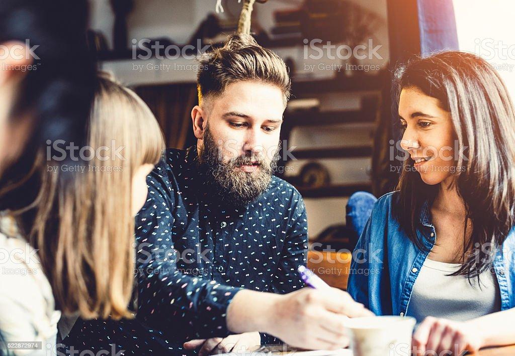 Adolescente amigos no bar e café - foto de acervo