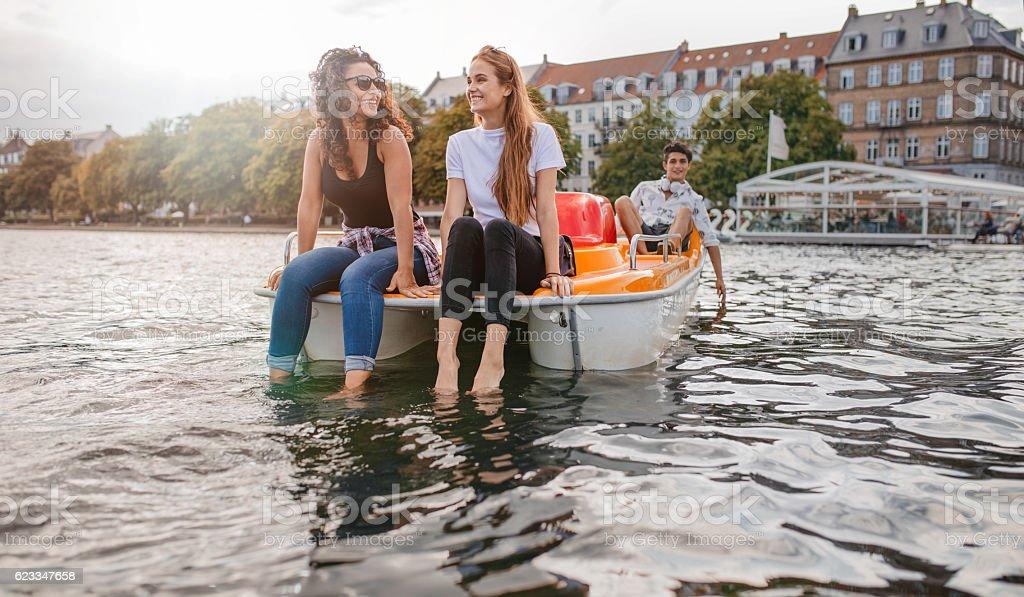 Teenage friends enjoying boating in the lake - foto de stock