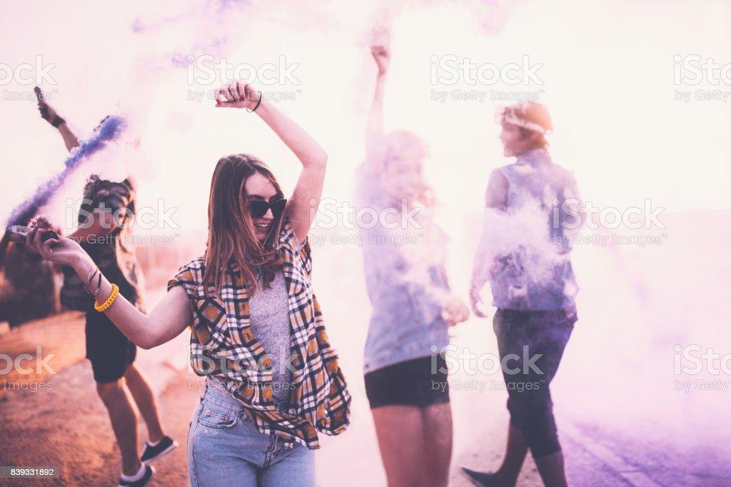 Amigos adolescentes que se divierten con bombas de humo en las calles de la ciudad - foto de stock