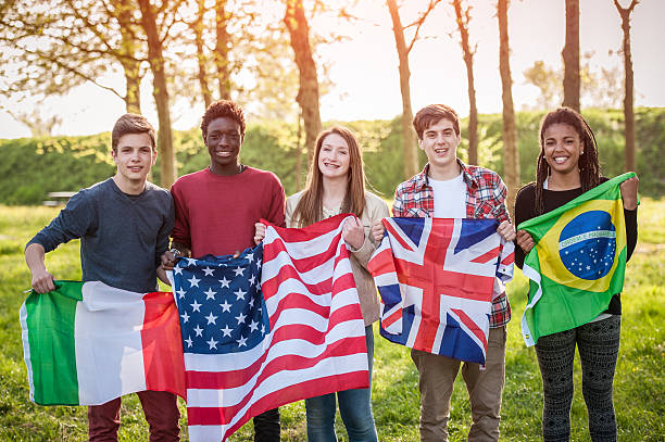 Teenage Freunde halten Flaggen verschiedener Länder – Foto