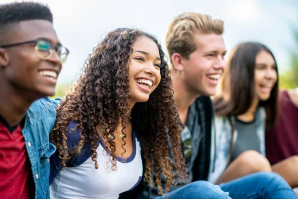 十幾歲的朋友在外面笑 - 年輕成年人 個照片及圖片檔