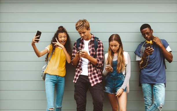 Teenager-Freunde, die auf ihre Handys schauen – Foto