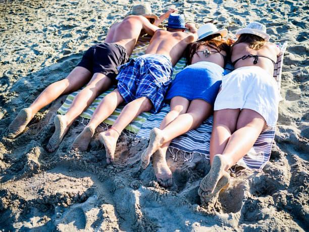 Amies adolescentes relaxants sur la plage - Photo
