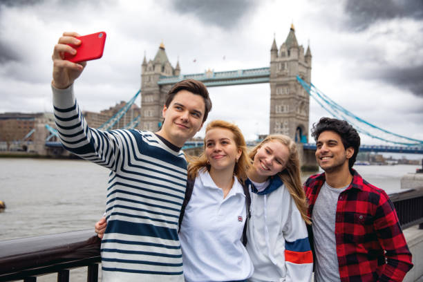 Teenager-Freunde zu Besuch in London auf der Tower Bridge – Foto