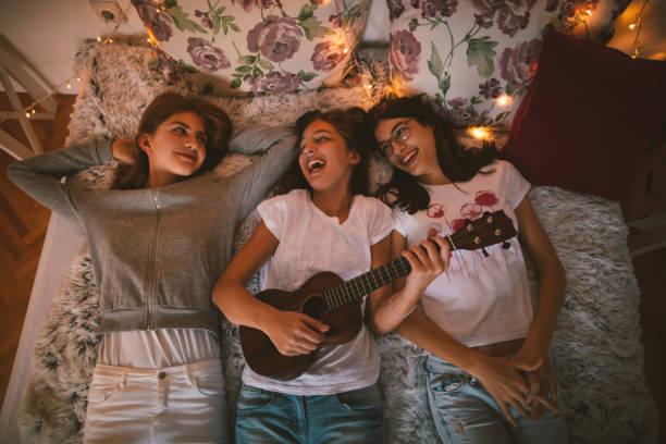 teenager freundschaft - ukulele songs stock-fotos und bilder